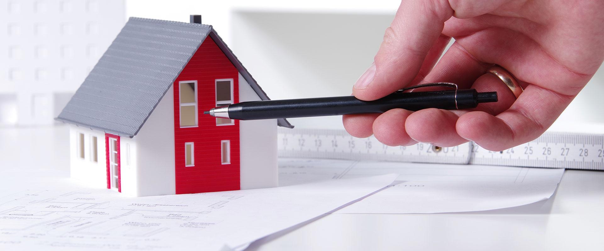 Abbildung Modellhaus und Kugelschreiber