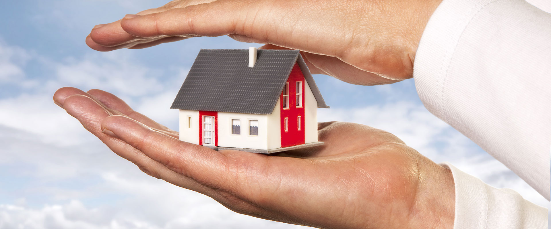 Abbildung Modellhaus zwischen zwei Händen